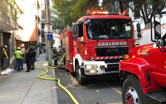 Rescatan a dos menores de incendio en la Nápoles - Bomberos en atención de incendio en la colonia Nápoles. Foto de @vialhermes