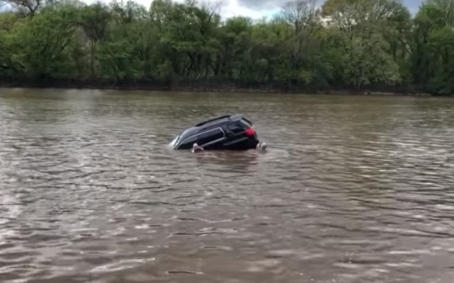 #Video Rescatan a mujer de camioneta hundiéndose en río - Camioneta hundiéndose en río de Filadelfia. Captura de pantalla