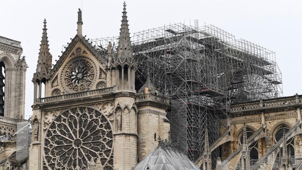 Investigan campaña fraudulenta para recaudar fondos para Notre-Dame - La catedral de Notre-Dame a horas de extinto el incendio. Foto de AFP / Bertrand Guay