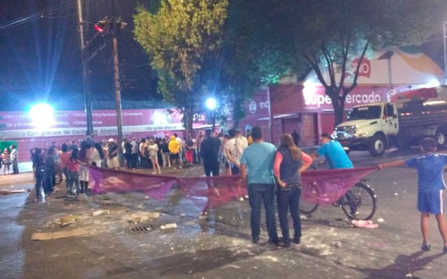 Vecinos bloquean Calzada La Viga tras impedirles torneo de futbol - Foto de @memosegura11