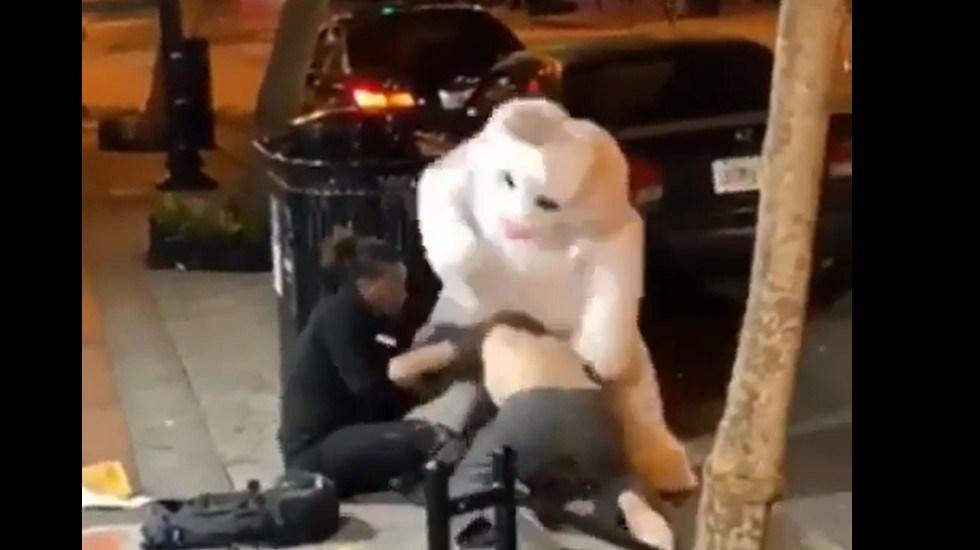 #Video Conejo de pascua ayuda a mujer a golpear a su pareja - Conejo de Pascua golpeando a hombre afuera de bar en Florida. Captura de pantalla