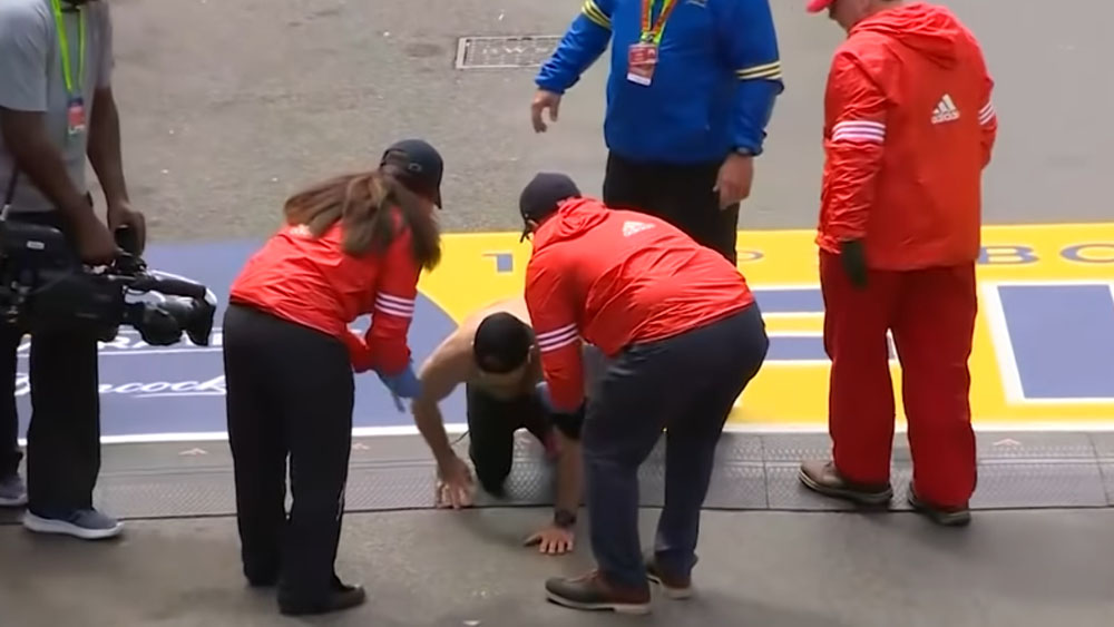 #Video Exsoldado se arrastra para terminar maratón de Boston