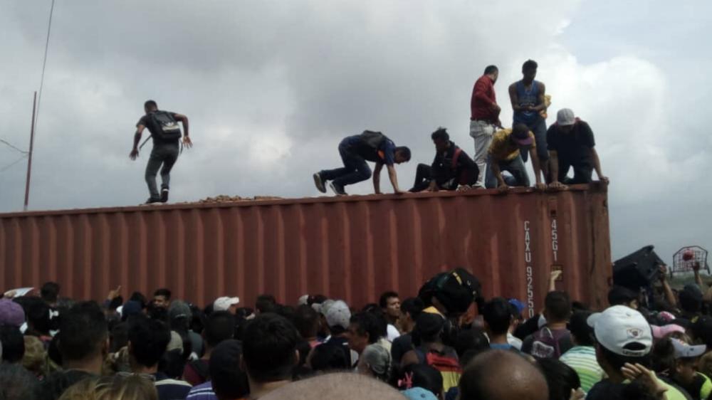 Venezolanos rompen cerco fronterizo y cruzan hacia Colombia - Foto de @mayevillanueva