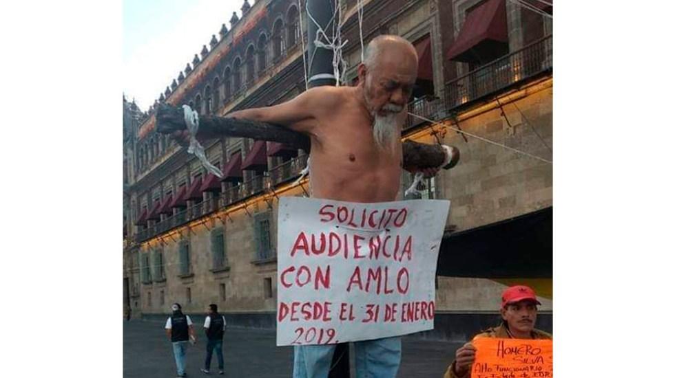 Hombre se 'crucifica' en Palacio Nacional para pedir audiencia con AMLO - Foto de @SERMAGONRA