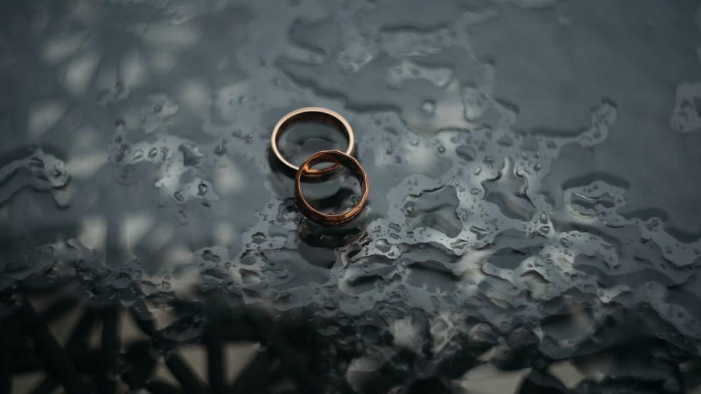 La ley ya no puede condicionar divorcio a estar casado al menos un año - Anillos de matrimonio. Foto de Zoriana Stakhniv / Unsplash
