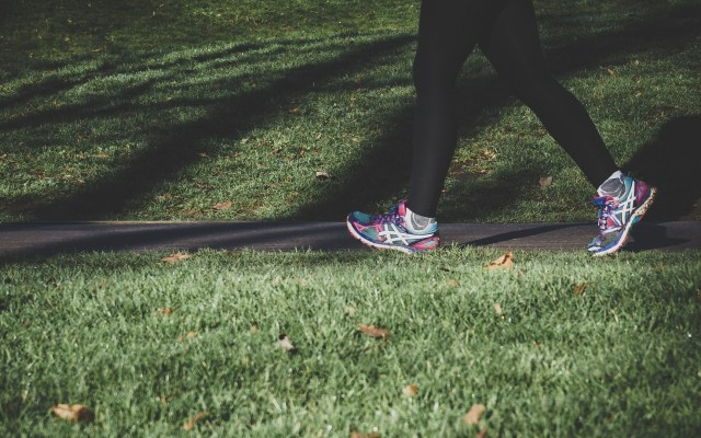 Ejercitarse una hora a la semana retrasa problemas en articulaciones - Mujer haciendo ejercicio. Foto de Arek Adeoye / Unsplash