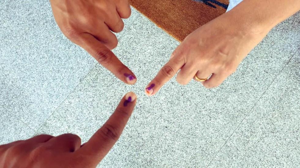 Hombre se mutila tras equivocarse al votar en India - En India votan con la huella digital del dedo índice, el cual se les marca con tinta indeleble. Foto de @ssrajamouli