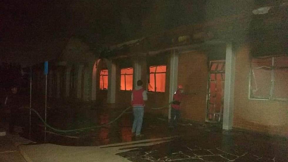 Incendian dos iglesias de Tejupilco en el Edomex - Extinción de incendio en iglesia. Foto de @trespm