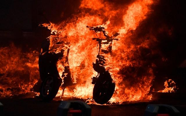"""Crecen protestas de """"Chalecos Amarillos"""" en París - Motocicleta se incendia durante manifestación antigubernamental convocada por el movimiento"""