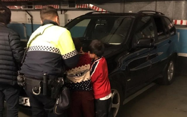 Padre deja a sus hijos en el auto para irse al casino - Guardia Urbana de Barcelona con niños. Foto de @barcelona_GUB
