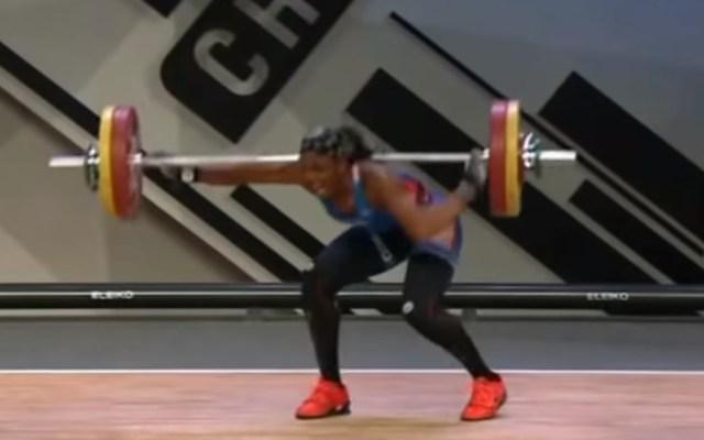 #Video Haltera se fractura el codo al levantar pesa de 107 kg - La atleta francesa sufrió una fractura doble del codo izquierdo. Captura de pantalla