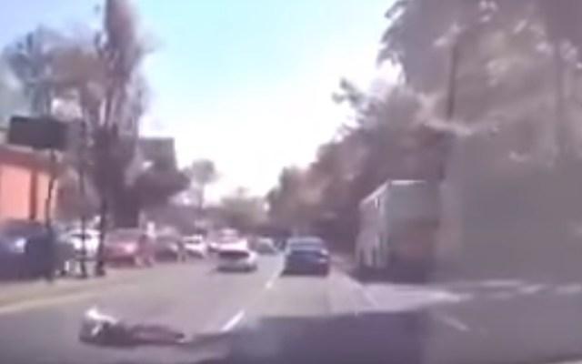 #Video Hombre escapa de cajuela de auto en movimiento sobre Constituyentes - Hombre en el arroyo vehicular tras saltar de cajuela. Captura de pantalla