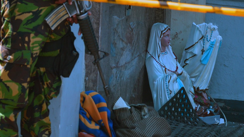 Papa Francisco y líderes mundiales envían condolencias a Sri Lanka - Virgen María partida por la mitad en atentado de la iglesia de San Antonio. Foto de AFP / Ishara S. Kodikara