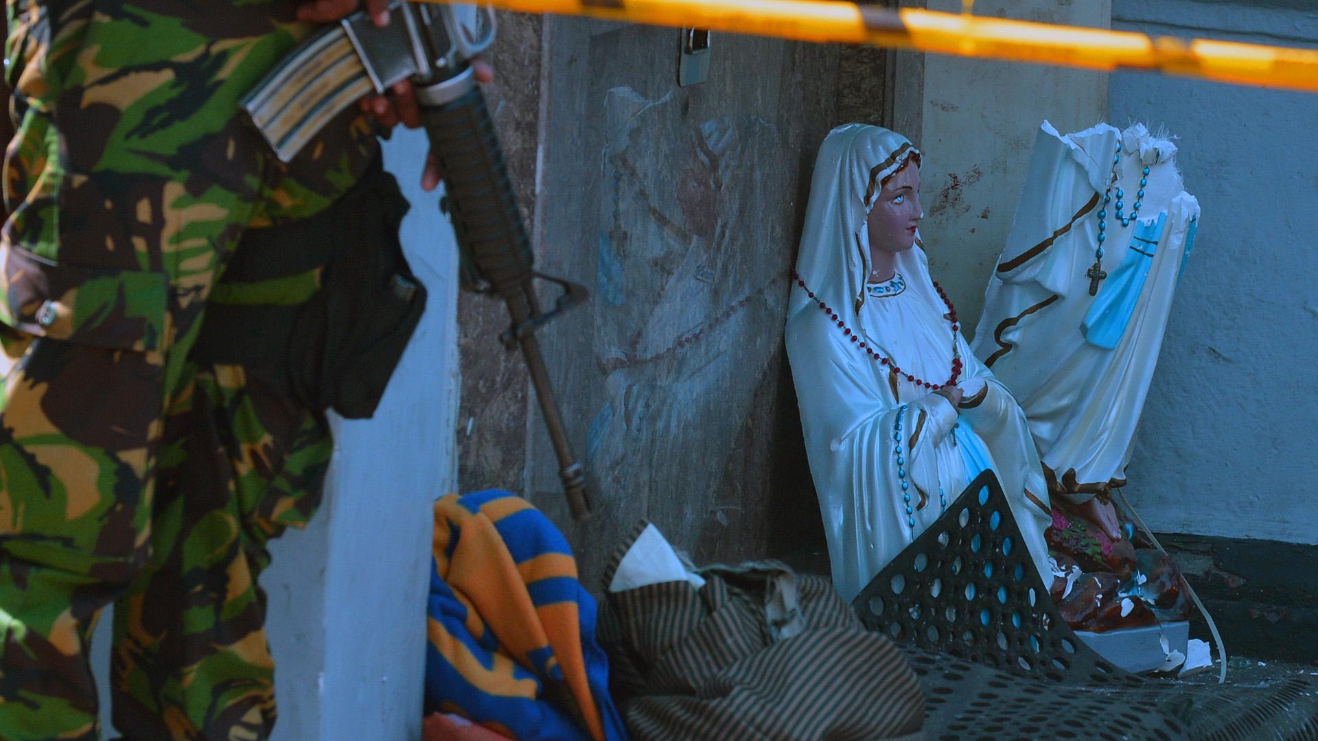 Virgen María partida por la mitad en atentado de la iglesia de San Antonio. Foto de AFP / Ishara S. Kodikara