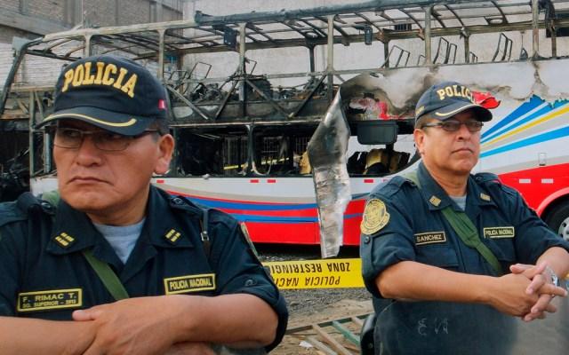 Incendio de autobús deja 17 pasajeros muertos en Lima, Perú - El equipo de fiscales y seis médicos legistas concluyeron el levantamiento de 17 cuerpos de las víctimas del bus interprovincial. Foto de AFP