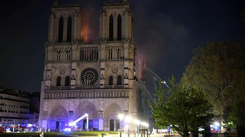 """Vaticano expresa """"incredulidad y tristeza"""" por incendio en Catedral de Notre-Dame - Las llamas y el humo se ven ondeando desde el techo de la Catedral de Notre-Dame en París el 15 de abril de 2019. Foto de Eric Feferberg/AFP"""