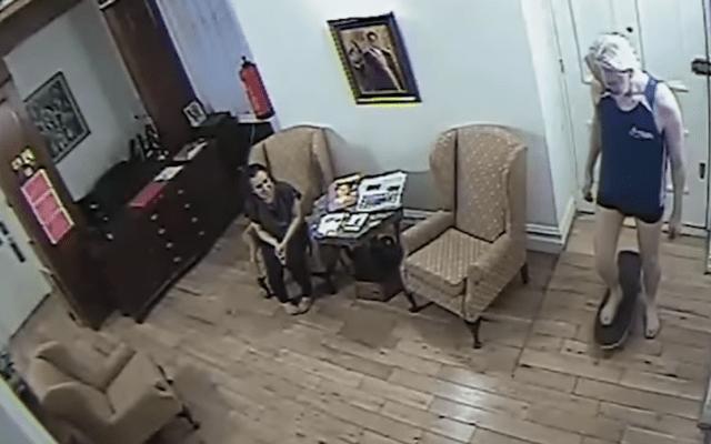 #Video Julian Assange en patineta dentro de la embajada de Ecuador - Captura de pantalla
