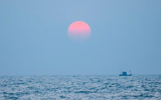 'Luna Rosa' iluminará el cielo en estos Días Santos - Luna Rosa desde el mar. Foto de Supritha Jonnavitulla / Unsplash