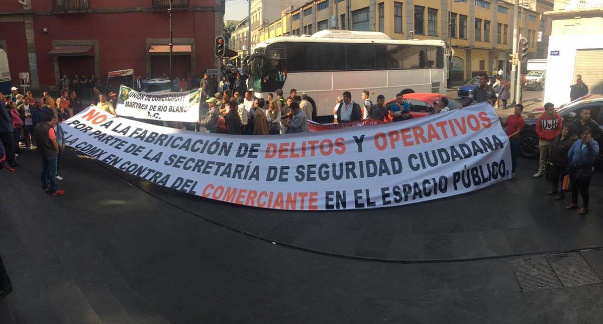 Manifestación de comerciantes afuera del Congreso de la CDMX. Foto de Capital 21
