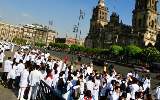 López Obrador se compromete a que se pagará a los médicos residentes - Foto de Notimex