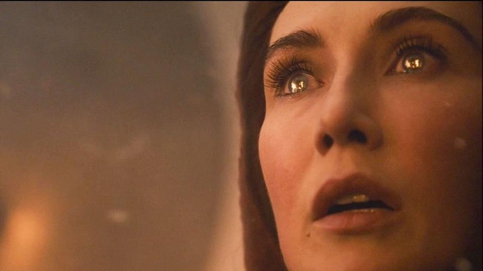 Melisandre tras encender las trincheras para evitar que los Caminantes Blancos ingresaran al castillo de Winterfell. Captura de pantalla