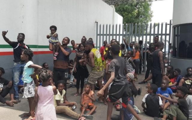 Migrantes africanos bloquean estación migratoria en Chiapas - Foto de Quadratín