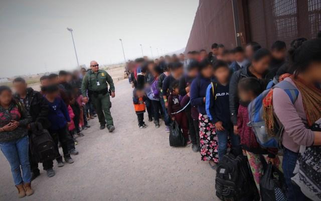 Patrulla Fronteriza rompe récord de detención de familias migrantes - Grupo de 127 migrantes ilegales en la estación de El Paso, en la frontera de México con EE.UU. Foto de @cbpphotos / Flickr