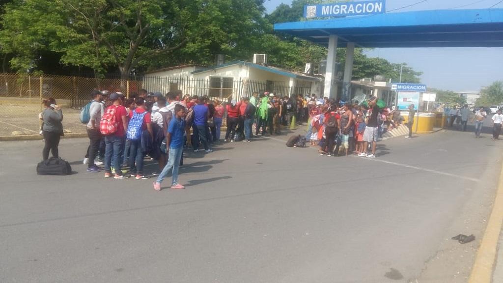 Migrantes en Tecún Umán, Guatemala, antes de avanzar hacia México. Foto de @MigracionGuate