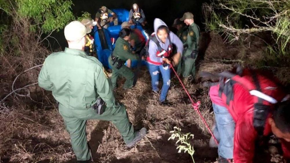 Patrulla Fronteriza rescata a 63 migrantes en el Río Bravo - migrantes río grande
