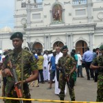 Suman 13 detenidos por ataques en Sri Lanka - Milicia de Sri Lanka custodiando escena de atentado. Más de 200 personas murieron tras diversos ataques en hoteles e iglesias. Foto de AFP