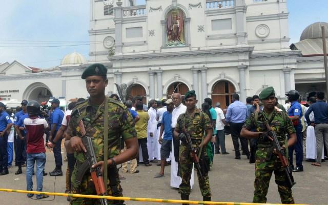 Aseguran iglesias víctimas de atentados en Sri Lanka - Milicia de Sri Lanka custodiando escena de atentado. Más de 200 personas murieron tras diversos ataques en hoteles e iglesias. Foto de AFP