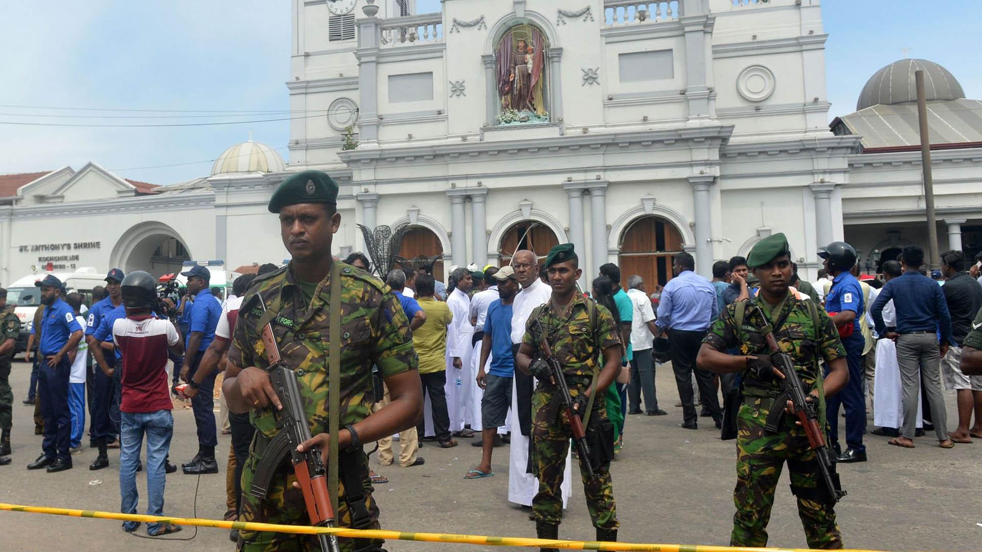 Milicia de Sri Lanka custodiando escena de atentado. Más de 200 personas murieron tras diversos ataques en hoteles e iglesias. Foto de AFP