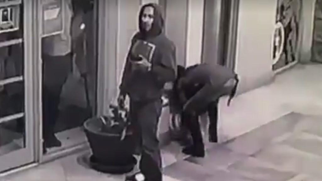 Mujer se lleva el dispensador de agua. Captura de pantalla