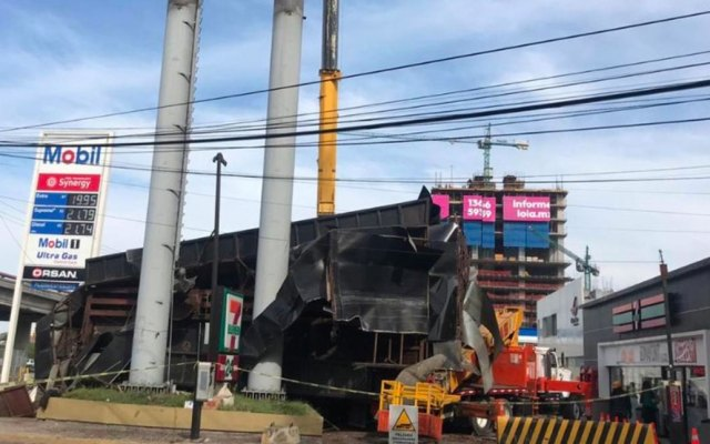 #Video Cae pantalla gigante en Monterrey al ser colocada - Foto de @BlogdelRegio