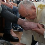 El papa Francisco lava los pies de 12 reclusos en Roma - Fotto de HANDOUT / VATICAN MEDIA / AFP.
