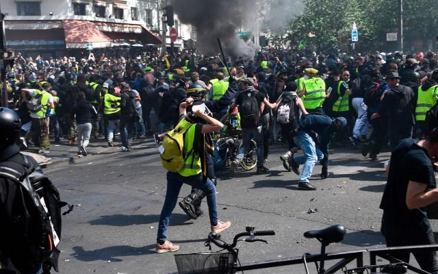 Nueva jornada de protestas de 'Chalecos Amarillos' en París - Manifestantes se enfrentan a la policía durante manifestación antigubernamental convocada por el movimiento