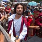 La 176 representación de la Pasión de Cristo en Iztapalapa - Jesús es llevado para ser juzgado entre el tumulto de personas que lo acompañan durante la 176 Representación de la Pasión de Cristo en Iztapalapa. Foto de Notimex-José Pazos.