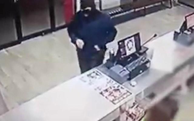 #Video Sujeto intenta asaltar pizzería y termina golpeado - Captura de pantalla