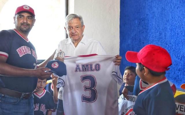 Liga infantil regala playera personalizada de béisbol a AMLO - Playera de AMLO de béisbol. Foto de @asiesguzmanm