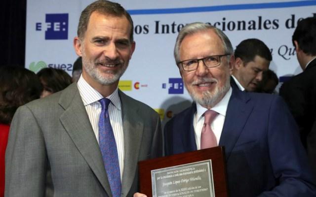 Las imágenes de la entrega de Premios Internacionales de Periodismo Rey de España - Felipe VI felicita al periodista mexicano Joaquín López-Dóriga tras recibir una placa honorífica. Foto de EFE/J.J. Guillén
