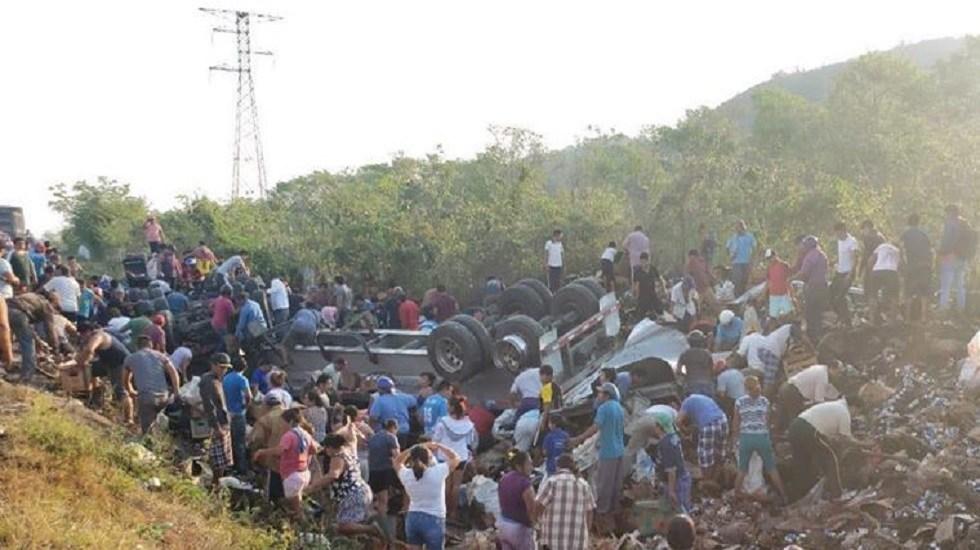 #Video Rapiñan cientos de cervezas tras volcadura de tráiler - Rapiña de cerveza. Foto de Sipse Noticias Campeche