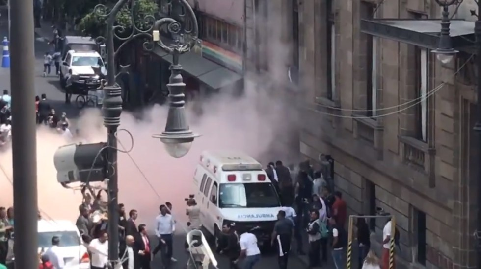 Se enfrentan comerciantes y taxistas frente al Congreso de la CDMX - Riña afuera del Congreso de la CDMX. Captura de pantalla