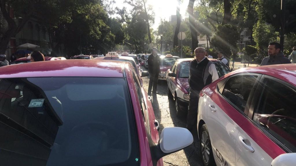 Taxistas se manifiestan en Álvaro Obregón e Insurgentes. Noticias en tiempo real