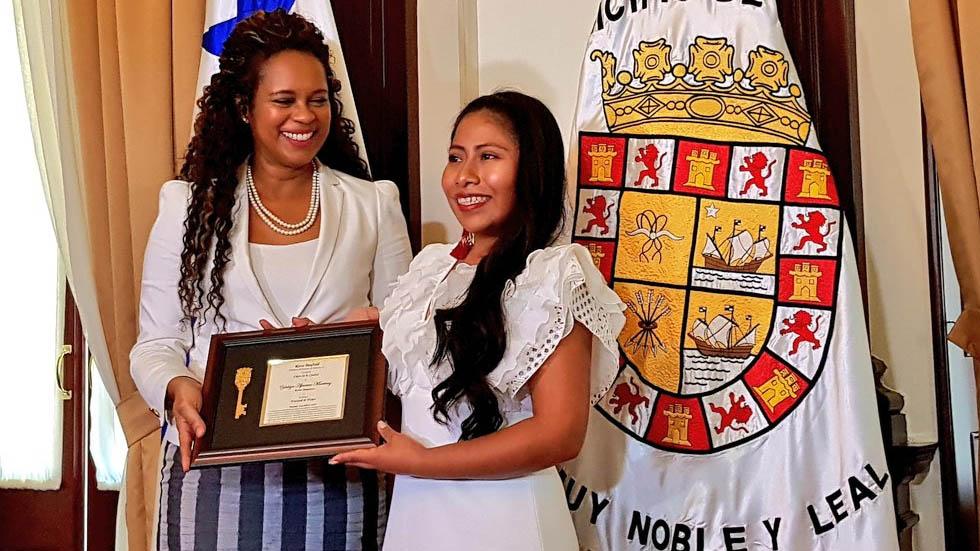 Yalitza Aparicio recibe llave de la ciudad de Panamá - Foto de @EmbaMexPan