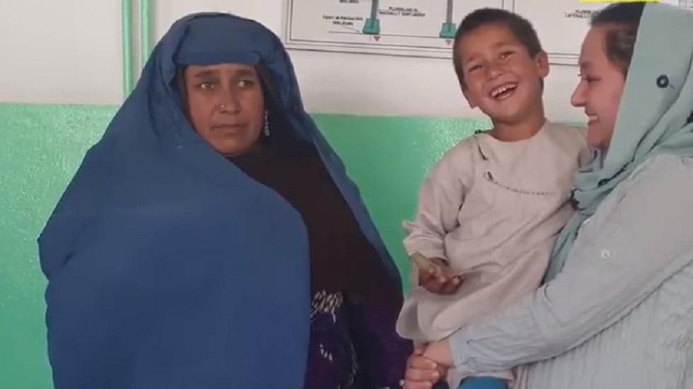 Ahmad con su madre y hermana. Foto de @Reporterlyaf