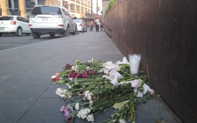 Colocan flores en honor a víctimas de balacera en Cuernavaca - Foto de @KasVlin