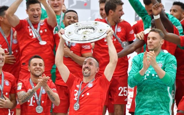 Bayern de Múnich conquista su séptima Bundesliga consecutiva - Antes del inicio del partido contra el Eintracht Fráncfort, el Bayern preparó una breve ceremonia en la que la afición del Allianz Arena pudo ovacionarlos. Foto de AFP
