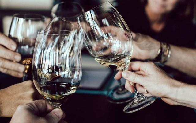 Mueren al menos 12 personas en India por tomar alcohol adulterado - Bebidas Alcohólicas alcohol copas Uttar Pradesh