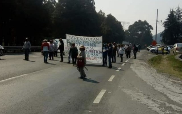Manifestantes bloquean carretera México-Toluca - Foto de @MXInfovial