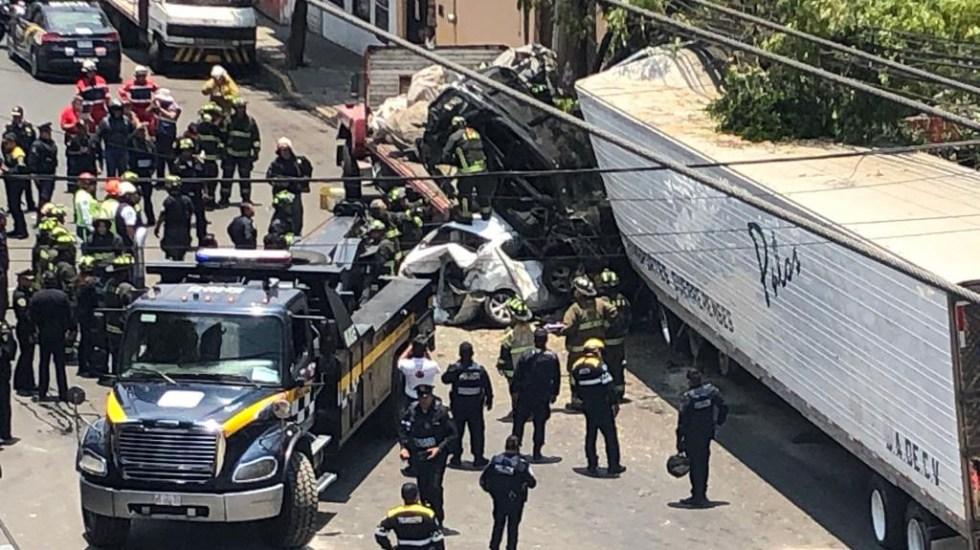 Choque de tráiler deja cuatro muertos y 14 heridos en Santa Fe - Bomberos laborando en accidente de tráiler. Foto de LDD